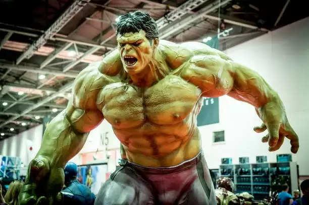 लुटेरे ने चलाई गोली, बीच मे आ गया 'The Hulk', बच गई जान