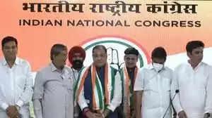 उत्तराखंड विधान सभा चुनाव से पहले भाजपा को तगड़ा झटका लगा है। परिवहन मंत्री यशपाल आर्य और उनके विधायक बेटे संजीव आर्य आज दिल्ली में कांग्रेस में शामिल हो गए हैं। उत्तराखंड में तेजी से सियासी घटनाक्रम बदल रहा है। 2017 में विधानसभा चुनाव में भाजपा में शामिल होने वाले कैबिनेट मंत्री यशपाल आर्य व विधायक संजीव आर्य आज कांग्रेस में शामिल हो गए। सुबह 11 बजे दिल्ली में कांग्रेस में शामिल हो गए। राष्ट्रीय प्रवक्ता रणदीप सुरजेवाला और प्रदेश प्रभारी देवेंद्र यादव की उपस्थिति में प्रेस कांफ्रेंस करके विधिवत कांग्रेस की सदस्यता ली। कांग्रेस चुनाव अभियान अध्यक्ष हरीश रावत भी मौके पर मौजूद रहे। हरदा के दलित सीएम उम्मीदवार की घोषणा से राजनीतिक गलियारे में इसकी सुगबुगाहट तेज हो गई थी।   समाज कल्याण मंत्री व बाजपुर से विधायक यशपाल आर्य व उने बेटे संजीव आर्य नैनीताल विधानसभा सीट से विधायक है। दोनों ने 2017 में कांग्रेस छोड़ भाजपा का दामन थामा था। तब भाजपा ने दोनों को प्रत्याशी भी बनाया था। दोनों ने जीत दर्ज की थी। इसके बाद भाजपा सरकार ने यशपाल आर्य को कैबिनेट मंत्री बनाया। अब 2022 के विधानसभा चुनाव होने हैं। इसके लिए राज्य में सियासी घटनाक्रम तेजी से बदल रहे हैं। हालांकि पिता-पुत्र के कांग्रेस में शामिल होने के कार्यक्रम पूरी तरह गोपनीय रखा गया था।  गणेश गोदियाल और हरीश रावत भी दिल्ली में दिल्ली में कांग्रेस राष्ट्रीय प्रवक्ता रणदीप सुरजेवाला,अखिल भारतीय कांग्रेस कमेटी के संगठन महासचिव केसी वेणुगोपाल और प्रदेश प्रभारी देवेंद्र यादव की उपस्थिति में प्रेस वार्ता मेंयशपाल और संजीव आर्य ने वापसी की।इस दौरान नेता प्रतिपक्ष प्रीतम सिंह, प्रदेश अध्यक्ष गणेश गोदियाल और पूर्व सीएम हरीश रावत भी मौजूद रहे।  उत्तराखंड सरकार में मंत्री हैंयशपाल आर्य यशपाल आर्य बाजपुर और उनके बेटे संजीव आर्य नैनीताल सीट से विधायक हैं। वहीं यशपाल आर्य पुष्कर सिंह धामी सरकार में मंत्री थे और उनके पास छह विभाग थे। जिसमेंपरिवहन, समाज कल्याण, अल्पसंख्यक कल्याण, छात्र कल्याण, निर्वाचन और आबकारी विभाग शामिल थे।  बता दे कि यशपाल और संजीव आर्यने 2017 में कांग्रेस छोड़ भाजपा का दामन थामा था। भाजपा ने तबदोनों को प्रत्याशी भी बनाया था। दोनों ने जीत दर्ज की थी। इसके बाद भाजपा सरकार ने यशपाल आर्य को कैबिनेट मंत्री बनाया।यशपाल पू
