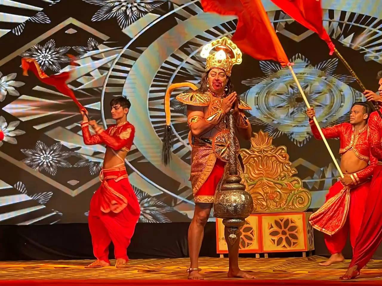 अयोध्या की रामलीला में हनुमान जी की भूमिका निभा रहे बिंदु दारा सिंह ने किए रामलला के दर्शन