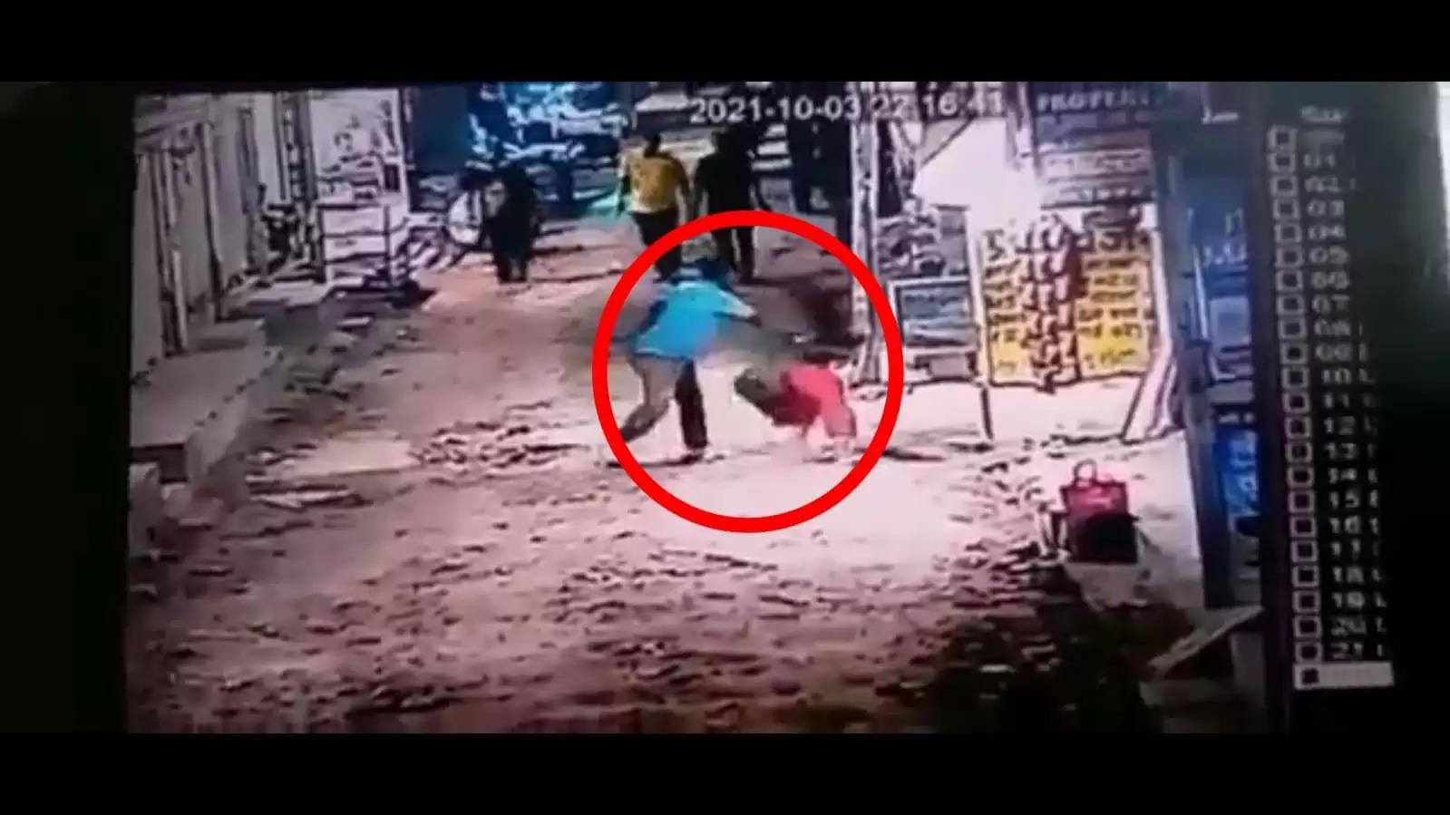 बीड़ी न देने पर सनकी शख्स ने रेत दिया महिला का गला, वारदात सीसीटीवी कैमरे में कैद...देखें वीडियो