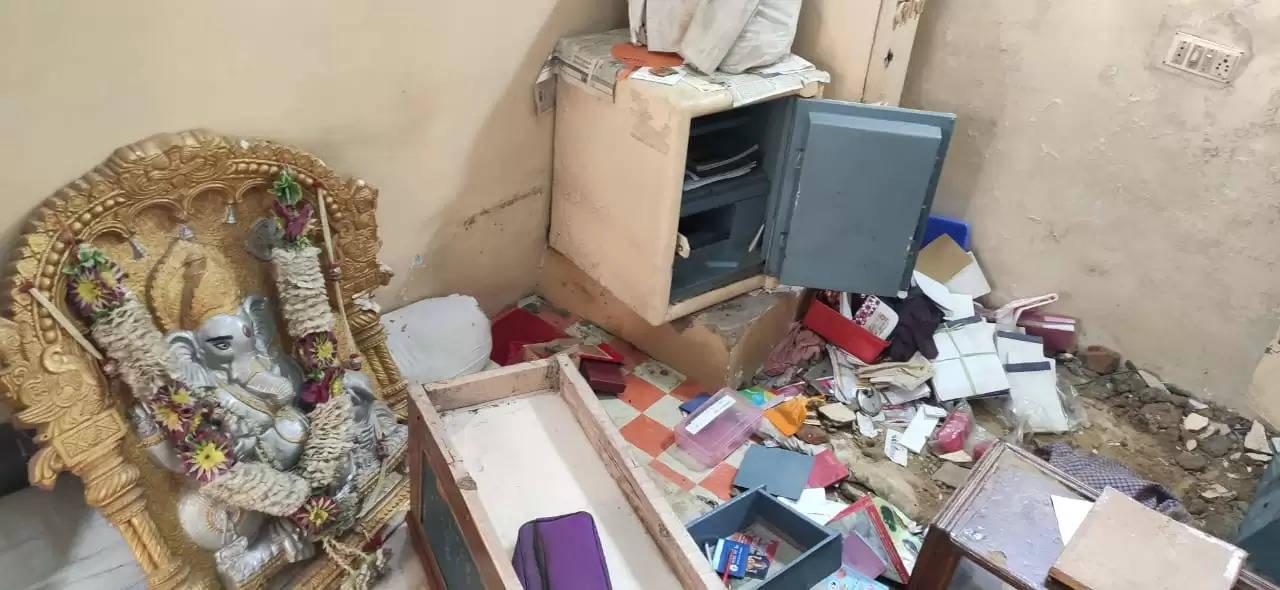 आभूषण की दुकान में दीवार तोड़ कर चोरी, नगदी समेत 10 लाख का जेवर ले गए चोर