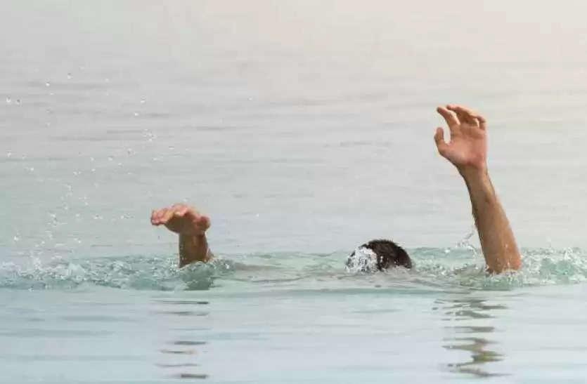 वाराणसी में आर्थिक तंगी सेपरेशान संविदा कर्मी ने वरुणा में लगाई छलांग