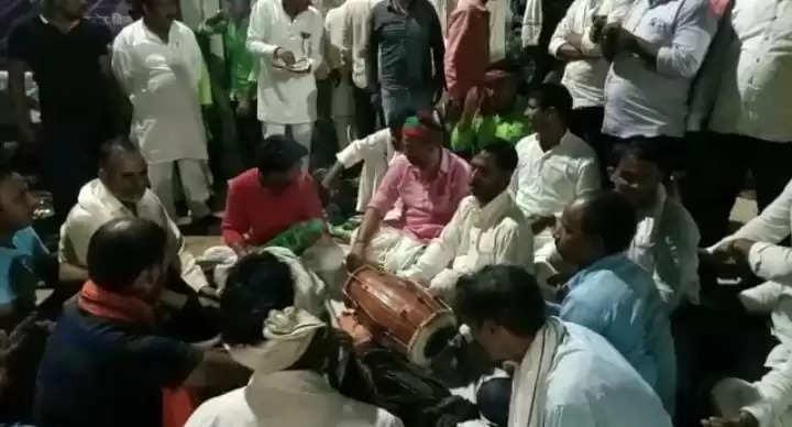 चन्दौली में सपा कार्यकर्ताओं का हरिकीर्तन और बाटी चोखा के साथ अनोखा धरना प्रदर्शन