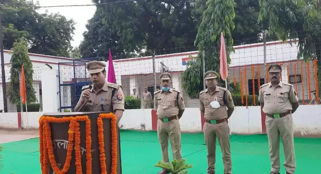मिर्ज़ापुर पुलिस लाइन में महात्मा गांधी और लाल बहादुर शास्त्री की जयंती मनाई गई