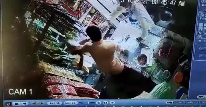 चन्दौली: दुकान में घुसकर व्यापारी पर हमला, वीडियो सोशल मीडिया पर वायरल