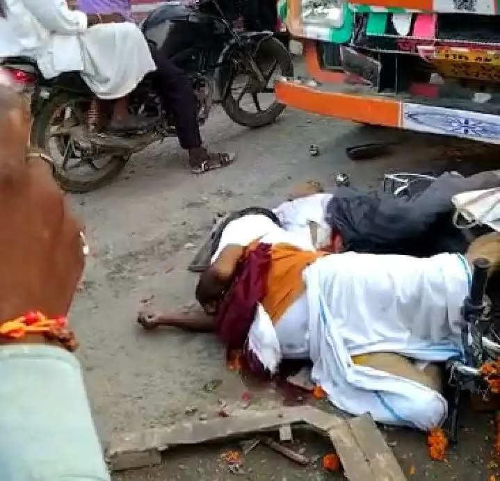 ट्रक के नीचे आई बाइक पे बैठे युवक की मौके पर ही मौत