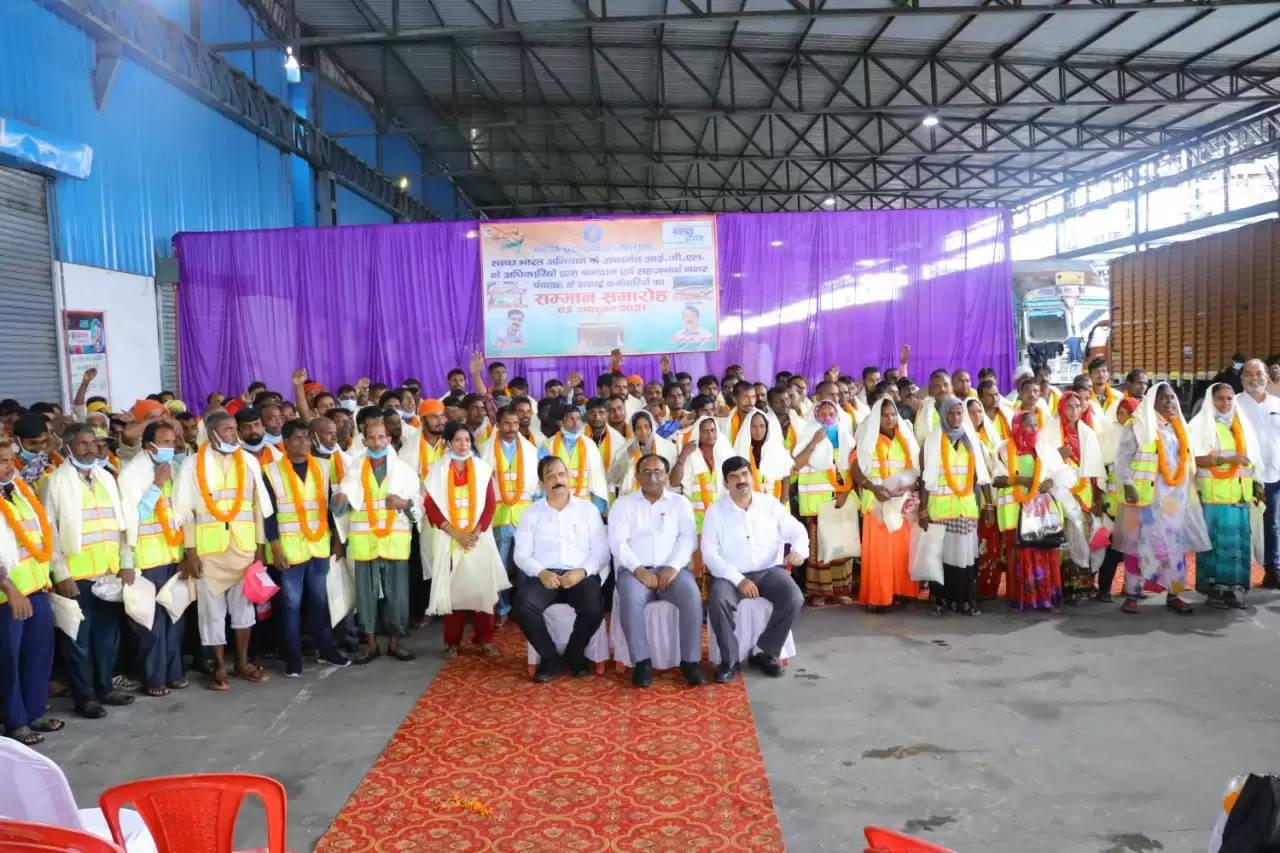 आईजीएल संस्थान द्वारा चलाया गया सामूहिक स्वच्छता अभियान व अंग वस्त्र सम्मान समारोह